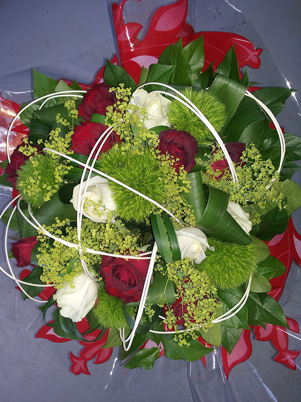 bouquet-rond-roses-rouge-blanche