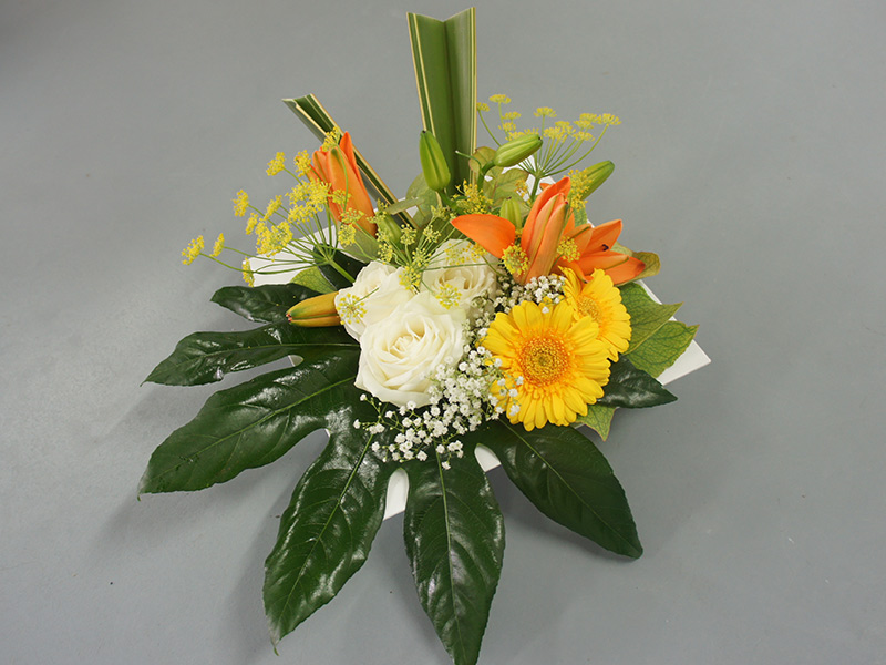 composition-florale-carree-lys-orange-gerbera-germini-jaune-rose-blanche