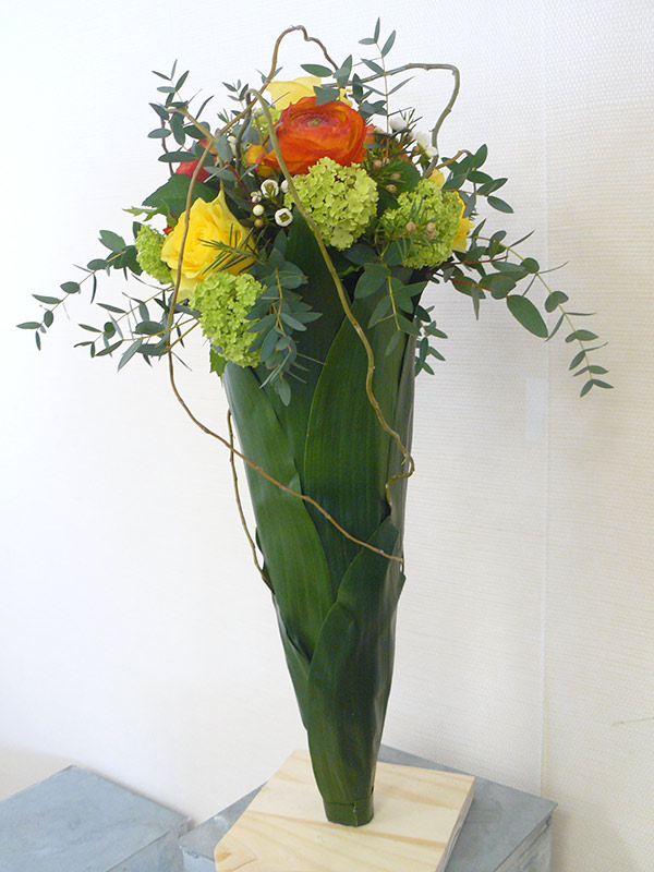 composition-florale-cone-rose-jaune-renoncule-orange-