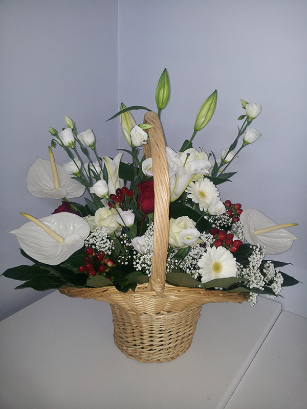 corbeille-mariage-rouge-blanc-roses-lys-anthurium-vannerie