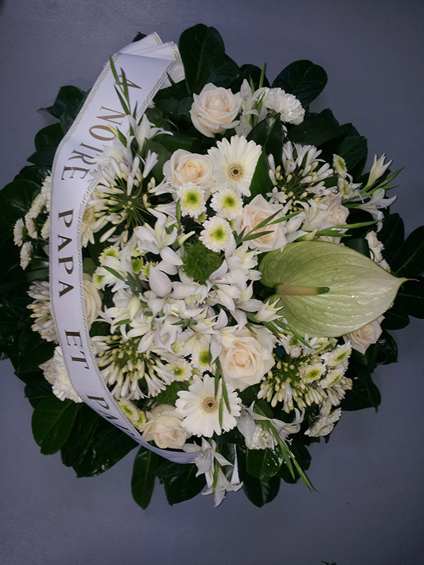 coussin-blanc-ruban-anthurium-roses-agapanthe-oeillet-glaieul
