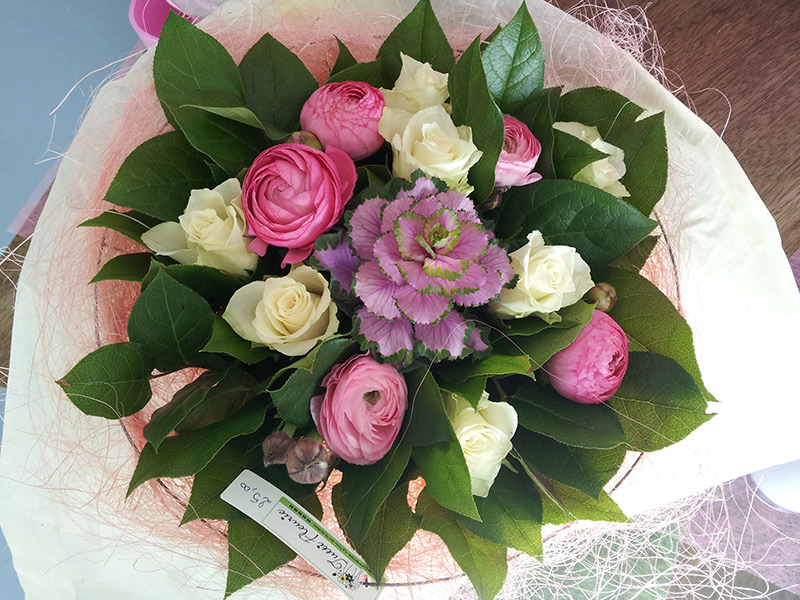 bouquet-rond-sisal-rose-roses-blanches-choux-renoncules