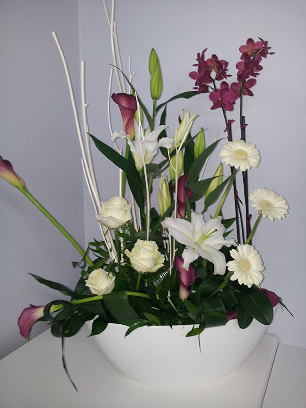 composition-florale-blanche-et-rose-orchidee-phalaenopsis-roses-blanches-germini-calla-lys-mitsumata